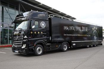 Mercedes-Benz Actros 1863 LS zieht Spezialauflieger mit den deutschen Fußballweltmeistern an Bord. Der /mercedes-benz-wm-truck fährt die Sieger durch Berlin