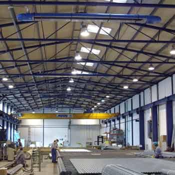 Infrarot-Dunkelstrahler der Serie OPTIMA plus sorgen für die Energie sparende Beheizung einer Produktionshalle.