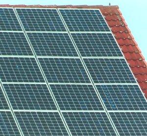 Solaranlage auf altem Bauernhof mit großen Soloarmodulen, die effektive Photovltaik